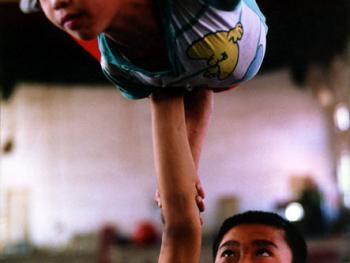 苦练中国传统杂技的孩子11
