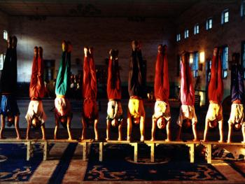 苦练中国传统杂技的孩子10