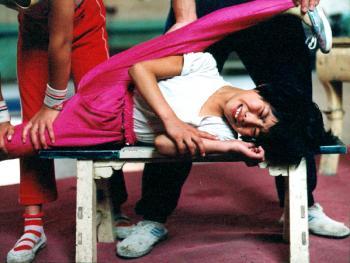 苦练中国传统杂技的孩子07