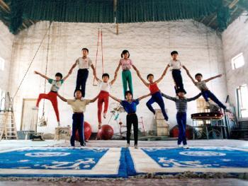 苦练中国传统杂技的孩子04