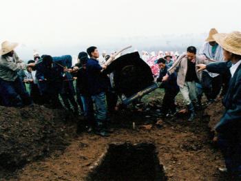 """11.入土为安:一副棺木,墓穴栖身,乃是最后的归宿,何必强争,谓之生不带来,死不带去走,正应了中国一句老话""""入土为安""""。1999年10月"""