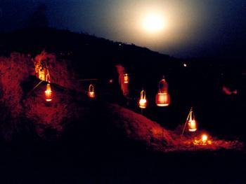 """12.挂灯:正月十五元宵夜,一轮皓月,数盏红灯,奉上果鲜,烧几张纸,送上一片光明,寄托无限哀思。老人团圆,阴阳难相见。古人去:""""月有阴晴圆缺,人有悲欢离合。"""" 1999年3月"""