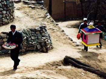 """2.献祭:亲朋闻知,送上献祭(用精面粉蒸的一种祭品)、纸烛、云鹤、""""电视""""、""""汽车"""",并送去一番情谊,尽上一份孝心。2000年3月"""