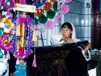 5.抹棺:出殡前,子女在为亲人敬最后一份孝心,将棺材四周擦拭干净。虽近在咫尺,却阴阳生死两界,将一生哺育之恩凝在手中,此时无声胜有声。1999年10月