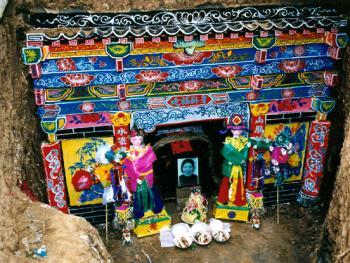 7.修葺墓室:一般人家,一副棺木,一栖身墓穴足矣,富裕人家还要在墓室砖砌前壁,粉饰彩绘。棺木入穴后,四周摆上供品祭礼,做最终的别离。2000年3月