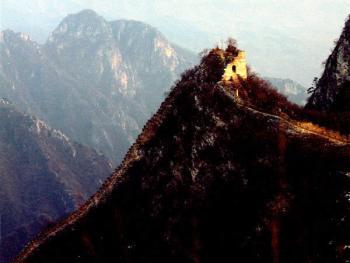 """""""天梯"""",位于怀柔县八道河乡旧水坑村南。这段长城建立在一个很陡的山坡上,而且保存较好的垛口都呈锯齿状"""