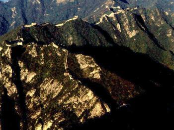 """怀柔县八道河乡西栅子村附近的""""箭扣""""西长城。长城在此形成一外缓内陡的隘口,附近有很多以险闻名的地段。如""""擦边过""""、""""鹰飞倒仰""""等"""