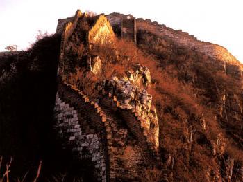 """怀柔县八道河乡与沙峪关交界处的""""北京结"""",南西北三条长城在此交汇。长城上有两棵松树所以又称为""""松树顶""""。地理坐标:北纬40°27'46"""",东经116°29'40"""",海拔约为1018米"""