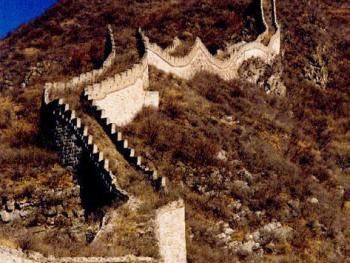 怀柔县沙峪乡云岭村西长城。这一带长城的人为损坏较少,因而比较完整