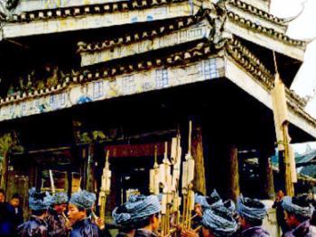 4.鼓楼是侗寨的标志之一,全木结构的鼓楼要建在寨子中。传统的鼓楼的悬挂大鼓的地方有人看管,若遇火祸、战事或族人协商大事时,伺鼓人要击鼓传信,召集人员,历史上一般是一个宗族建一个鼓楼。鼓楼以单层为吉利,并刻画一些侗族的神话、传说,以及劳动生活的图画。现成为人们休息娱乐的地方。每当农闲或夜幕降临人们便三三两两来到鼓楼堂里,烧上一堆火,听老人们讲述发生在很久以前的故事。鼓楼前要建一块草地,称鼓楼坪,是节庆里跳芦笙舞 的地方,贵客光临侗寨时,主人们也会迎客到鼓楼坪前跳芦笙舞。1996年11月,从江县