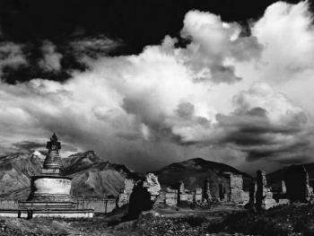 1.1904英军入侵西藏江孜,藏族军民英勇抗击,重创英国侵略者。英军借以新式武器重炮轰击,使大片的民居和城堡被毁。