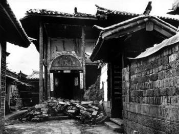 4.云南省丽江古城始建成于宋末元初,至今已有700多年历史,城内完整地保存了元、明、清古建筑群落和民居,1996年丽江大地震使很多民居受到严重破坏。