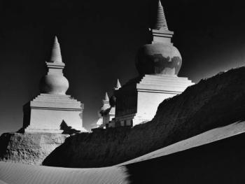 6.内蒙古额济纳旗的黑城建于1286年,相传是西夏古都,城内埋藏着丰富的西夏和元代珍贵文物,由于当地气候极度干燥,古城正遭受被沙漠吞食的危险。