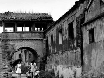 """7.北京古都有数不清的胡同,老辈人讲""""有名的三百产,无名的似牛毛""""。这座宣武区儒福里唯一残存带过街楼的小胡同已在1997年改造中被拆掉。"""