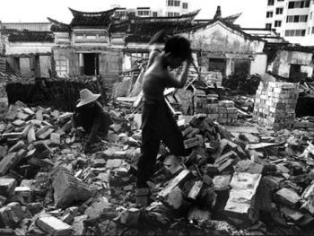 8.浙江舟山定海老城享誉中外。这座中国近代史上赫赫有名的城市以及那充满江南海岛特色的传统街区,已在1999年旧城改造中被铁镐和大锤变成了一片瓦砾了。