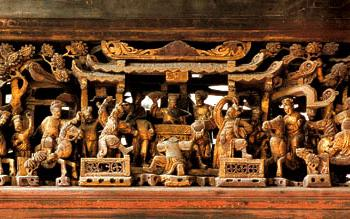 随梁枋下的金漆木雕饰品,作于清光绪十三年(1887)。1997年,潮州