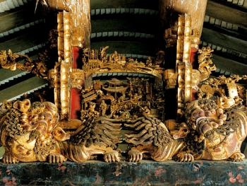 檐廊梁架上金漆木雕饰品,作于清同治九年至光绪九年间(1870-1883)。1997年,潮安