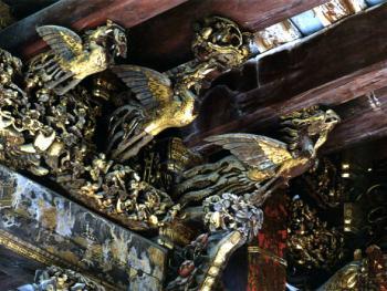 拜亭梁架上金漆上金漆木雕三凤托架,作于清光绪十三年(1887)。1999年,潮州