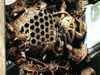 梁架上素雕蟹篓,作于民国年间(1912-1949)。2001年,揭西