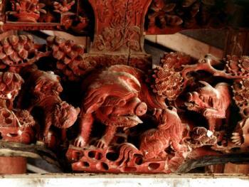 梁架上髹红漆雕,作于1921年。1999年,潮阳