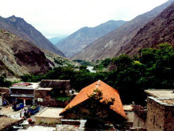 羌寨依山而建,杂古脑河水从寨前奔流而过。随着时代的变迁,汉族极其它民族的文化也在逐渐改变着原始的山寨