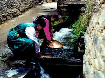 古羌民引山泉修暗沟,泉水从寨内房屋底下流过,饮用、消防十分方便