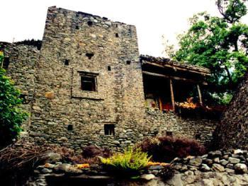 古时为防御之用,基部较宽,逐渐向上收缩, 寨房取堡垒形