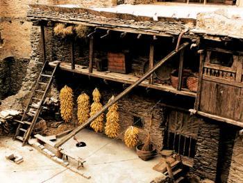 建筑一般为二至三层,货藏其上,人居其中,畜圈于下
