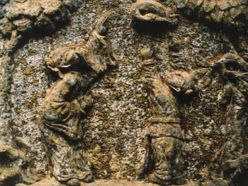 石雕十分讲究对称、呼应、疏密、虚实、明暗、刚柔,有很强的立体感、空间感、节奏感、韵律感,既坚固实用,又美观大方,还起到辟邪作用