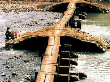 1.位于仙都下洋村前的济川桥。条石结构,双柱双梁长173米,73孔,丁步宕9个,桥下存一排早期架木为梁,横凿卯沟的丁步柱石。建于明代。2002年02月下洋村