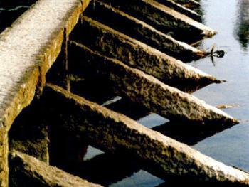 6.条石斜柱用来加固桥身。2002年02月东金村