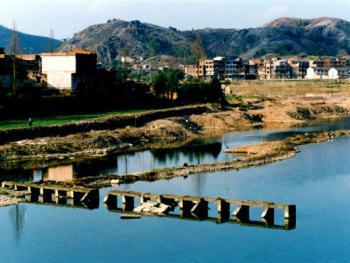 7.如今乡村通了公路,建了大桥,损毁的小桥已成为历史的印迹。2002年02月田村