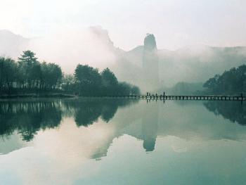 9.小桥既方便了人们出行,也为大自然增添了诗情画意。2002年02月仙都村