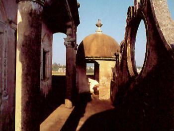 塔亭2001年06月蚬冈镇锦江里开平碉楼运用多哥国家和地区的多种建筑风格、建筑形式创造性的与当地的传统建筑形式巧妙结合,从而发展成为个性鲜明的建筑艺术景观和历史文化的信息载体。