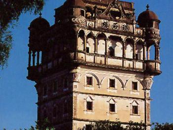 """从建筑风格中可以看到, 希腊的柱廊,古罗马的柱式、拱券和穹隆,欧洲中世纪的哥特式尖拱和伊斯兰式拱券,欧洲承包构成元素,葡式建筑中的骑楼,印度建筑中的廊亭等,都出现了开平碉楼之中。瑞石楼建于1923-1925年,楼高9层25米。它以高大修正的风采和内涵丰富的装修,成为开平碉楼的佼佼者,有""""开平第一楼""""的美誉。2000年06月蚬冈镇锦江里"""