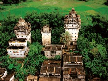"""碉楼是开平村落的重要组成部分,民间有""""无碉楼不成村""""之说。开平碉楼最早出现在16世纪,那时,为了防范盗匪和洪水,到了19世纪末这种集防卫、居住以及融合了中西建筑风格于一体的建筑形式已发展到鼎盛时期。 第二次世界大战爆发后,碉楼的建设才停顿下来。这一已经消逝的华侨文化现象正是开平碉楼的独特与惊人之处。2001年09月蚬冈镇・锦江里"""