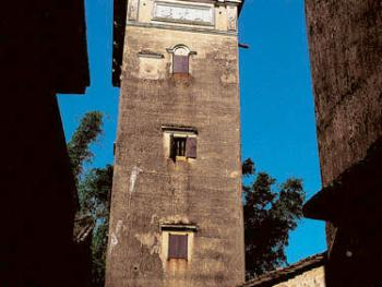 开平碉楼从建筑材料和结构分,可分为石楼、三合土楼、砖楼、钢筋混凝土楼。石楼和砖楼主要分布于平原地区,是20世纪初开始大量采用进口的钢筋、水泥等建筑材料的结果。反映了人们因地制宜、就地取材和与时俱进的建筑思想和建筑技术水平。2001年09月塘口镇・新开里