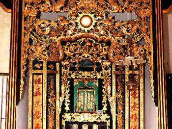 神龛2001年05月塘口镇・自力村碉楼的顶楼是放置祖先神龛,为家人祭租的精神空间,这精美的雕刻,堪称艺术精品