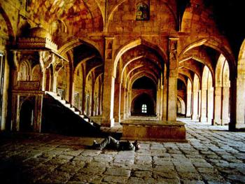 活动场所。伽玛清真寺是一个巨大的宫殿