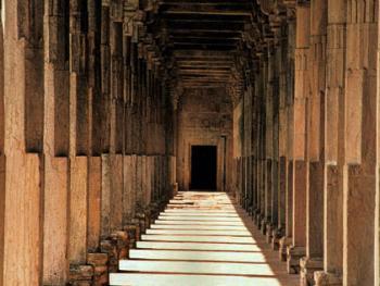 台阶。伽玛清真寺的柱窿是非常出色的建筑设施