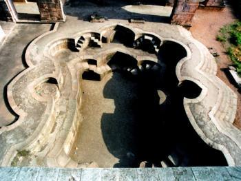 蓄水池。图哈尔国王于1469年建造伽哈伽宫殿