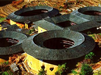 田螺坑的土楼群,由一方一椭三圆五座土楼组合而成