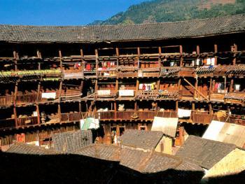 土楼一般高三至五层,一层为厨房,二层为仓库,三层以上为起居室。可居住200-700人。这是一座五层的土楼
