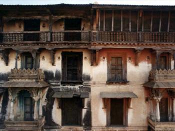 这是另一个有一百多年的历史的建筑。由两种不同颜色的特殊石头支撑窗户。 窗边的洞放的是夜晚照明用的油灯。还有设计独特的木刻格子围栏