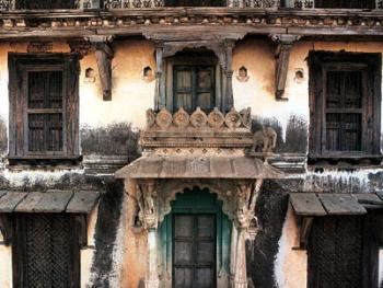 """这种独特建筑叫做""""哈弗利""""(Haveli),在拉贾斯特邦很常见,它由石头、粘土、木头、锻铁和石板建成,由独特的石柱支撑。窗户上有檐和支撑物,这是旅馆的建筑标志。此旅馆花了7到10年才建成,已有100多年的历史"""