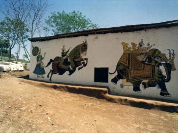 拉贾斯坦是印度的一个邦,那里的村子有着丰富的建筑文化。村里都是用泥土和石块砌成的小房子,上面绘有战争中饿死的大象、马和士兵