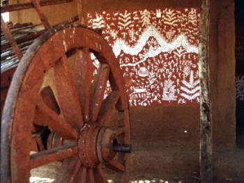 内部的一些绘画的是历史故事,画有具有象征意义的河流、 树木、男女、舞台舞蹈、战争、动物和各种活动。车轮也是木制的。房顶是竹木,上面覆盖着茅草。房内是用自然的颜色和泥浆粉饰的