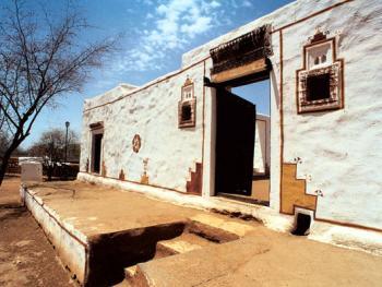 设计美观的主门两侧有两个门洞,是为了从里面看到外面。门都是由木头雕刻成的。墙脚处有排雨水的孔。漂亮的家门口还有台阶和空间供进屋前坐着休息