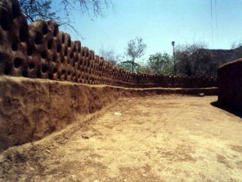 有些房子的外墙是由泥土设计制作的。这些泥土是生油灰和沙子做的