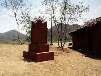 有些房子里有印度教的宗教植物,还有泥制的小器皿,里面盛有油和棉花等物。印度教徒都信奉具有独特结构的泥塑,这种器物是用门前的泥浆和粘土塑造的,并着上印度教的教色藏红花色